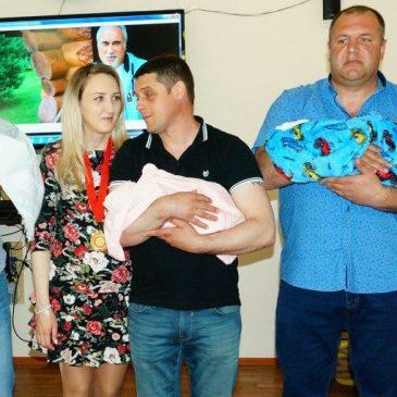 В Алтайском краевом клиническом центре охраны материнства и детства торжественно выписали новорожденных