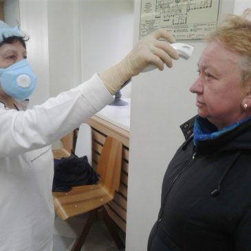 Измерение температуры и обработка рук антисептиком каждому вошедшему
